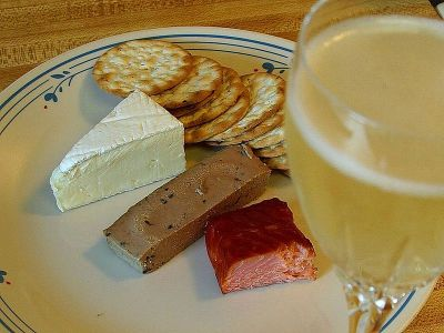 800px-Brie_cheese_salmon_smoked_pate_crackers_champagne
