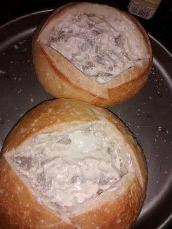 pao italiano com recheio de file e molho de queijo