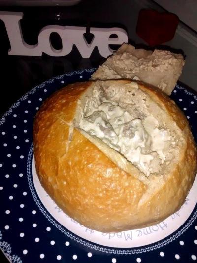 pao italiano recheado com filé ao molho de queijo